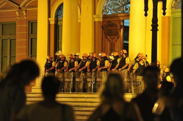 Em protesto, estudantes entram em confronto com a polícia na Capital Adriana Franciosi/Agencia RBS