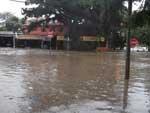 Ruas ficaram completamente alagadas após a chuvarada no início desta quarta-feira