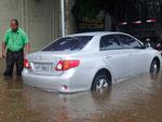Na Avenida Érico Veríssimo, carros tiveram problemas para trafegar com o alto volume de água