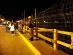Policiais militares mantêm guarda no local onde foi improvisada uma cerca para substituir parte da mureta que ruiu
