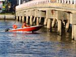 Desde a tarde de sábado, havia pelo menos duas pessoas desaparecidas após um carro desgovernado atropelar pedestres, bater na mureta da ponte sobre o Rio Tramandaí, entre Tramandaí e Imbé, e cair na água