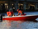 Para procurar o outro desaparecido, os bombeiros se dividiram em dois times: enquanto a equipe local vasculha a lagoa de lancha, um grupo de mergulhadores que chegou da Capital nesta manhã faz buscas por baixo d'água