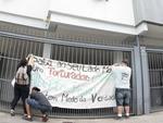 Jovens colocaram faixa em frente ao prédio do ex-chefe do SNI em Porto Alegre