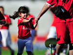 Crianças entram em campo com jogadores do Inter durante partida contra o Canoas, no Beira-Rio