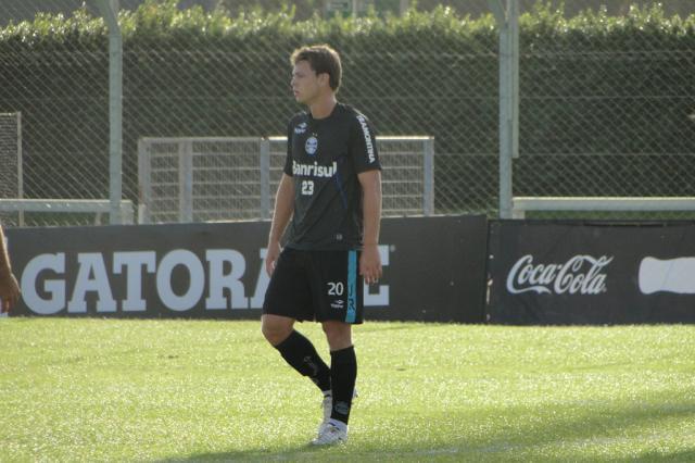 FOTO: Atacante Lucas, da base gremista, treina com o grupo profissional Adriano de Carvalho/