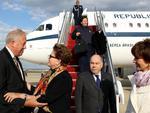 Dilma chegou a Washington na tarde do dia 8 de abril. No aeroporto, foi recebida pelo embaixador do Brasil em Washington, Mauro Vieira (à direita), e pelo embaixador dos EUA em Brasilia, Thomas Shannon