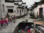 Moradores realizam tarefas triviais como lavar as roupas nos locais históricos
