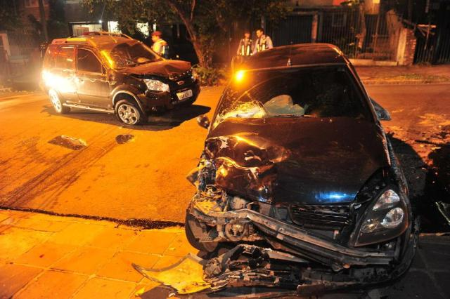 Motorista fica ferido após carro bater em caminhonete estacionada e capotar na Capital Lauro Alves/Agencia RBS