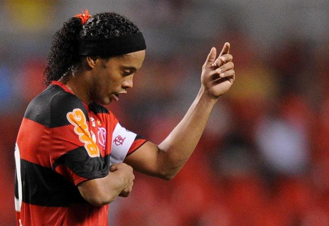 Assis consulta advogados sobre rescisão unilateral de Ronaldinho com o Flamengo VANDERLEI ALMEIDA/AFP