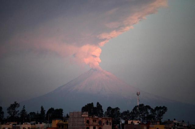 Vulcão mexicano espalha cinzas, vapor e rochas incandescentes  Jose Castañares/AFP