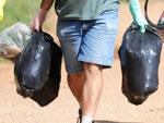 Organizado por meio de rede social, o grupo percorreu cerca de dois quilômetros as margens do Guaíba, recolhendo lixo acumulado na orla, nas proximidades da Fundação Iberê Camargo