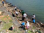 Para celebrar o Dia da Terra, dezenas de pessoas se dedicaram a um ato em favor da natureza, na zona sul de Porto Alegre