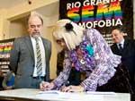 Marcelly e o secretário de Segurança Airton Michels assinaram termo de cooperação entre a Secretaria e a ONG Igualdade-RS