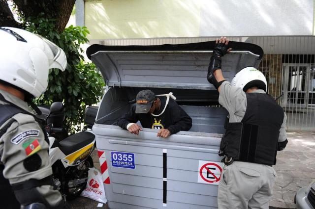 Homem é encontrado dormindo em contêiner de lixo no bairro Bom Fim Ronaldo Bernardi/Agencia RBS