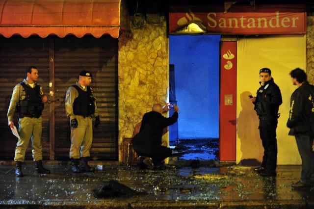 Terminal bancário é atacado em Porto Alegre Bruno Alencastro/