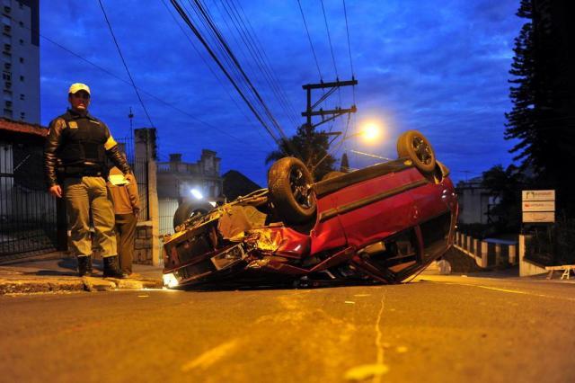 Carro colide contra árvore e capota em rua da Capital Bruno Alencastro/Agencia RBS