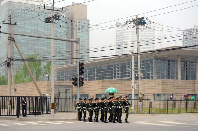 Amigo de dissidente chinês confirma que ele está na embaixada americana Goh Chai Hin/AFP