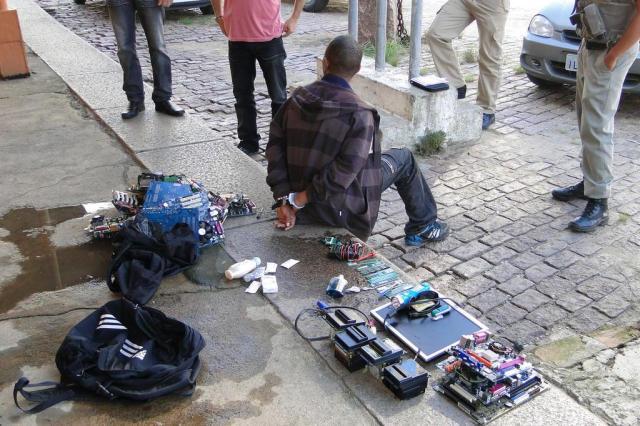 Homem é preso por furtar peças de caça-níqueis apreendidas em operações policiais na Capital Cristiane Franco/Divulgação