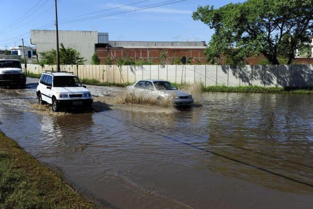 Alagamento complica trânsito em rua da Capital Ronaldo Bernardi/Agencia RBS