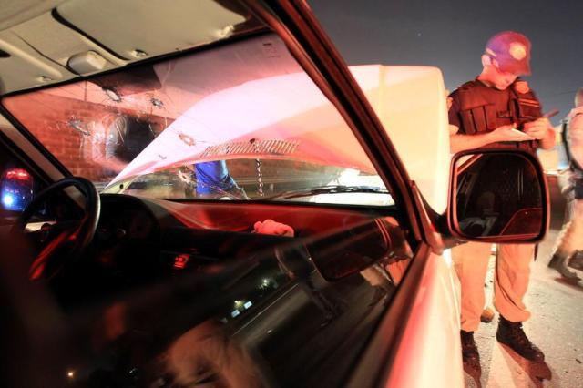 Mesmo após ser baleado no braço, policial dirigiu viatura para prender criminosos Lauro Alves/Agencia RBS
