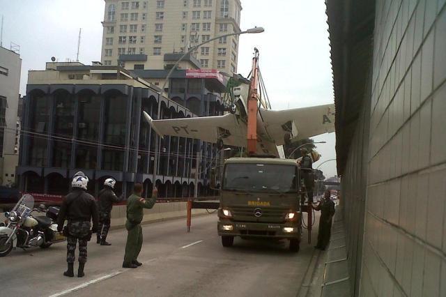 Caminhão transporta avião da Brigada Militar e congestiona vias de Porto Alegre Ricardo Duarte/Zero Hora