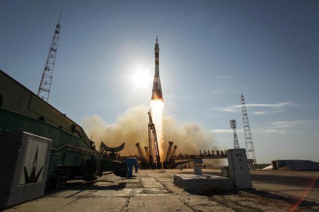 Foguete Soyuz decola com três tripulantes rumo à Estação Espacial Internacional  Bill Ingalls/AP