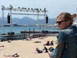 Pessoas na praia próximo ao pódio onde são projetados os filmes, nos dias que antecediam o Festival de Cannes
