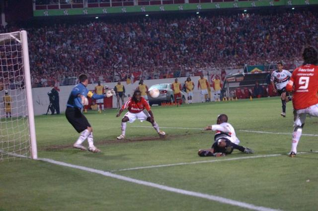 Tinga em dois momentos: do pênalti não marcado ao gol do título da Libertadores Valdir Friolin/Agencia RBS