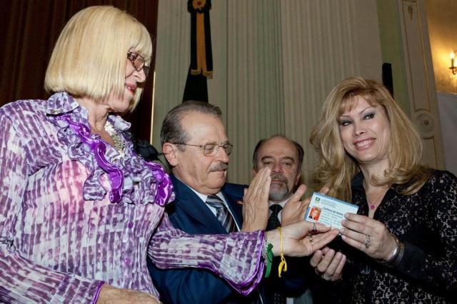 Tarso assina decreto que institui carteira de identificação com nome feminino a travestis e transexuais Caroline Bicocchi/Palácio Piratini/Divulgação