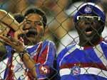 Bastante participativa, a torcida do Bahia vaiou o time gaúcho grande parte do jogo