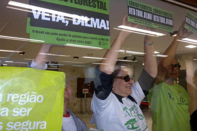 Ambientalistas protestam contra relator do Código Florestal na Assembleia Legislativa Flávia Moraes/Especial/Agencia RBS