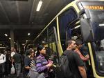 Entre as 17h30min e as 20h, usuários formaram longas filas em paradas de ônibus no centro de Porto Alegre