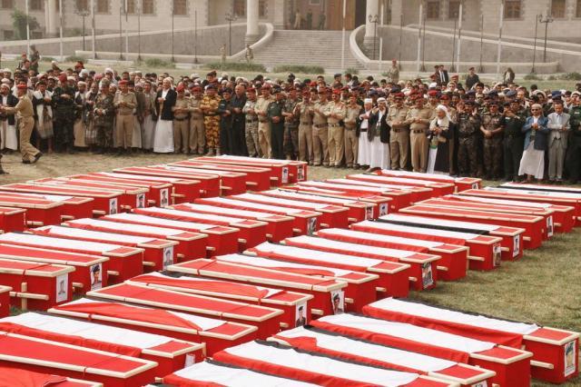 Soldados mortos em atentado suicida no Iêmen são sepultados Defense Ministry/AP