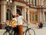 A mobilização é inspirada no famoso beijo do casal de namorados registrado em 1950 pelo fotógrafo francês Robert Doisneau na Praça do Hotel de Ville, em Paris