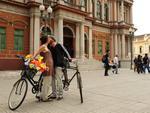 Ao lado de uma bicicleta da família do ambientalista José Lutzenberger, casais foram fotografados enquanto se beijavam em frente à prefeitura da Capital, no Centro
