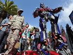 Optimus Prime atravessa o tapete vermelho sob o olhar dos soldados