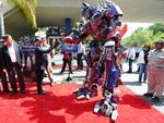 Optimus Prime cumprimenta o celebrado diretor Steven Spielberg