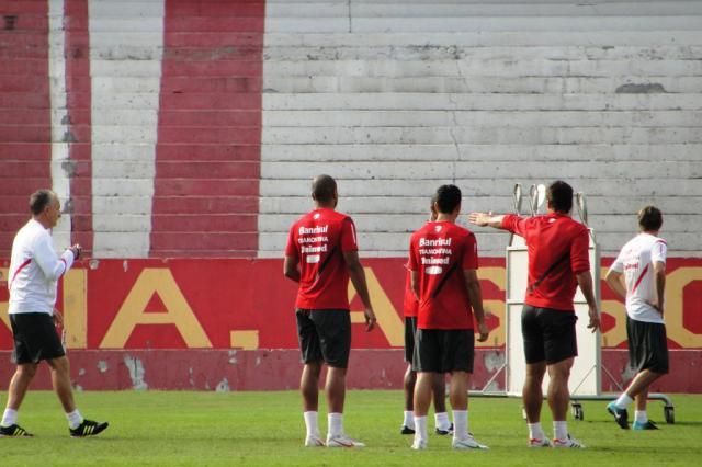 Com Josimar no meio-campo, Dorival encaminha time e treina bolas aéreas Alexandre Ernst/