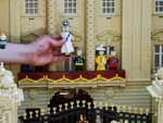Miniatura da Rainha feita em Lego em frente à réplica do palácio de Buckingham, no parque temático Legoland, em Windsor