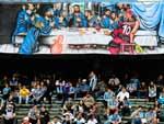 A torcida tricolor levou faixa com alusão à Ronaldinho Gaúcho, recentemente afastado do Flamengo