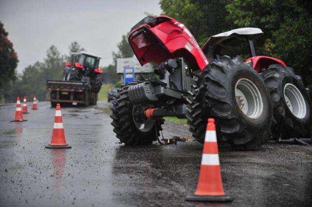 Trator cai da carroceria de caminhão em Estrela Diego Vara/Agência RBS