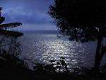 Reflexo da lua iluminou as águas do Guaíba