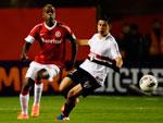 Sandro Silva em disputa de bola com o atacante são-paulino Osvaldo