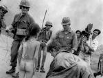 Equipes de TV e soldados rodeiam a menina Kim Phuc, que fugia dos bombardeios, em 8 de junho de 1972