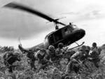 Soldados esperam para serem recolhidos por helicóptero americano, em junho de 1970, durante a guerra do Vietña