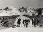 Fotografia de 8 de junho de 1972 mostra bombas explodindo em frente ao templo Cao Dai, nos arredores de Trang Bang