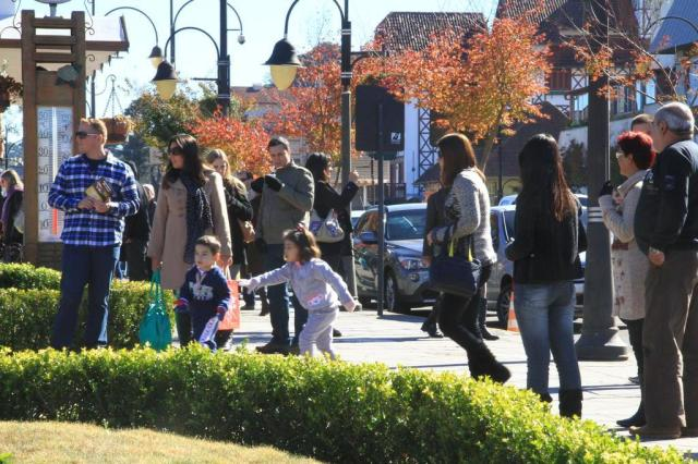 Turistas aproveitam sábado de sol em Gramado Cleiton Thiele/Especial