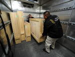Um caminhão baú transportou as 33 pinturas em caixas de madeira de diferentes dimensões, durante dois dias de viagem, entre São Paulo e Porto Alegre. No veículo, a temperatura controlada é mantida entre 19°C e 21°C