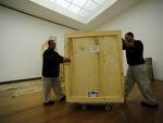 Ao chegar no último andar, onde as obras de Tomie serão expostas, as caixas foram retiradas do elevador para a conferência dos museólogos. Além do profissional da Fundação, outros dois técnicos acompanharam a abertura das embalagens