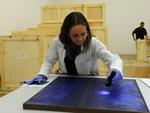 Trajando luvas e aventais brancos, os profissionais remetem a um ambiente científico ou hospitalar